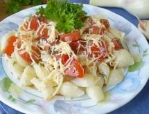 Pasta with Tomatoes and Cheese