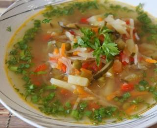 Russian Cabbage Soup with Pickled Cucumbers