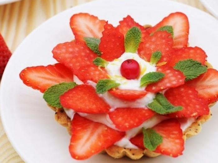tartlets with poppy and strawberries